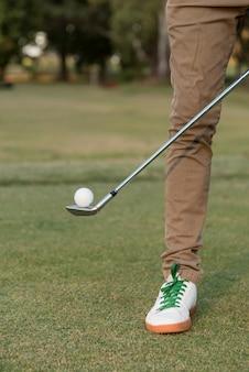 Uomo del primo piano sul campo da golf
