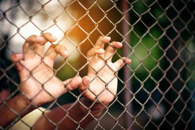 Uomo del prisioner che è stato imprigionato in prigione