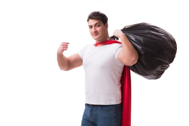 Uomo del supereroe con il sacco di immondizia isolato