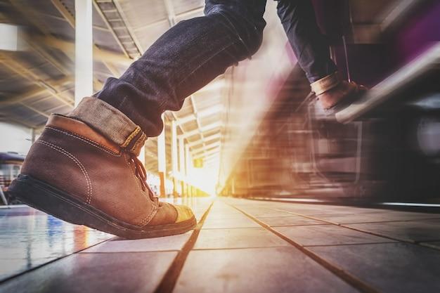 Uomo del viaggiatore che corre e si affretta a prendere e entra nel treno
