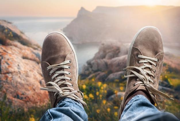Uomo del viaggiatore che si rilassa sulla natura