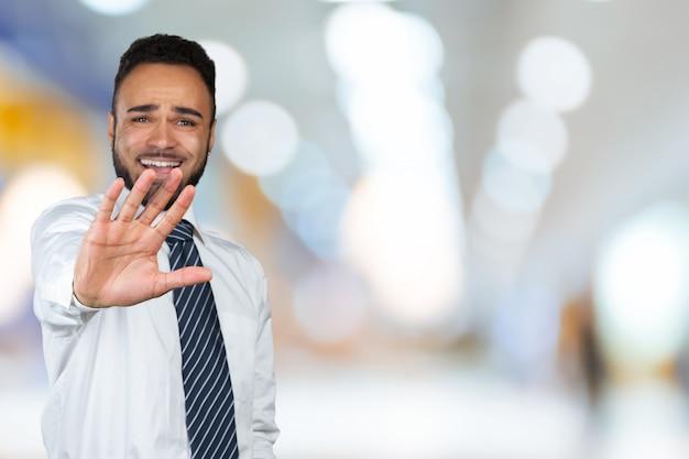 Uomo dell'afroamericano con la barba seccata dal cattivo atteggiamento che fa il fanale di arresto