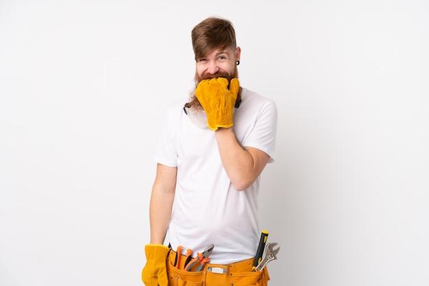Uomo dell'elettricista di redhead con la barba lunga sopra la parete bianca isolata nervosa e spaventata