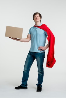 Uomo della foto a figura intera che indossa mantello rosso