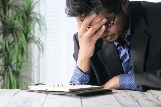 Uomo depresso che si sente male e preoccupato per il problema finanziario.