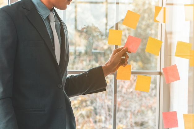 Uomo di affari che presenta piano di progetto e compito nella sala riunioni