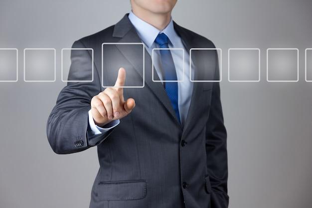 Uomo di affari che spinge su un'interfaccia touch screen