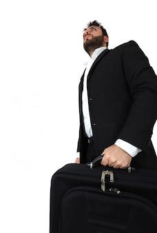 Uomo di affari che tiene breve caso e che cammina