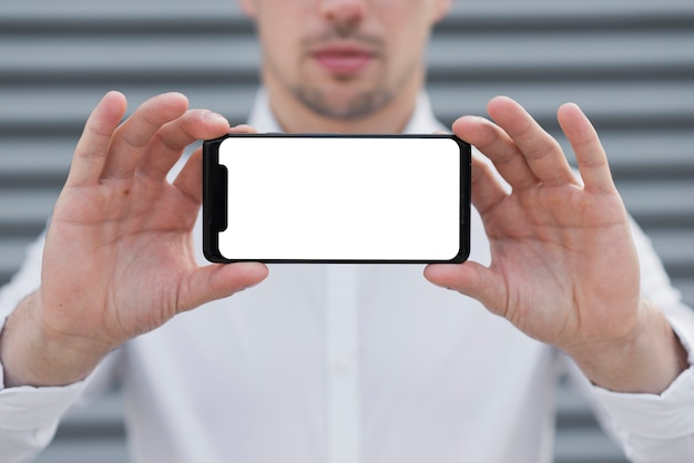 Uomo di affari che tiene il modello di iphone