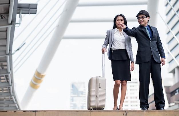 Uomo di affari con il concetto di affari di successo di addestramento della linea guida delle donne di affari