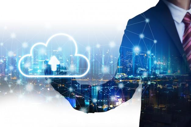Uomo di affari di doppia esposizione con il concetto della connessione di rete della nuvola