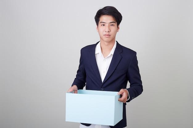 Uomo di affari e contenitore di cartone della holding