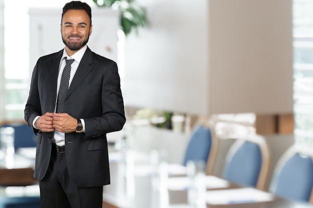 Uomo di affari esecutivo afroamericano allegro bello