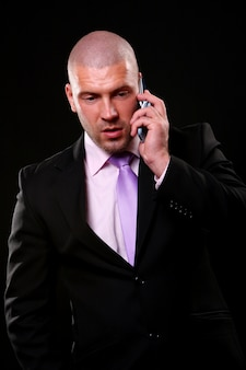 Uomo di affari isolato sul nero