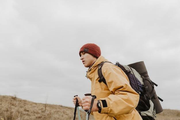 Uomo di angolo basso che esplora natura