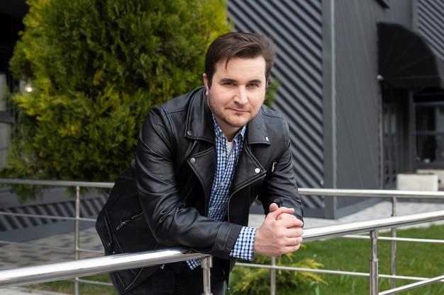 Uomo di blogger sugli edifici per uffici