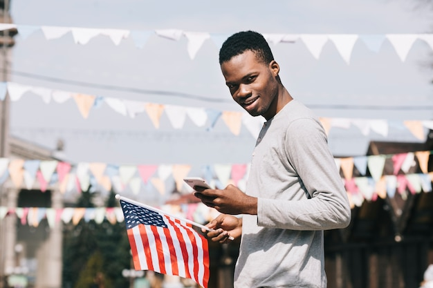 Uomo di colore alla celebrazione del giorno dell'indipendenza