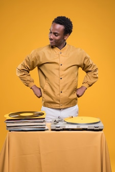 Uomo di colore che posa con i vinili