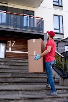 Uomo di consegna basso angolo con pacchetto
