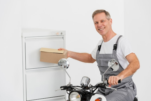Uomo di consegna che lavora