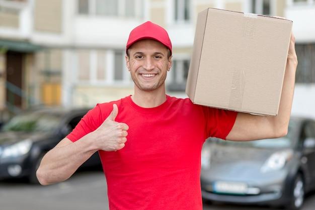 Uomo di consegna che mostra approvazione