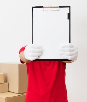 Uomo di consegna che mostra appunti