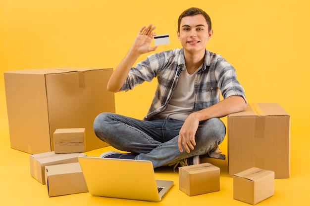 Uomo di consegna che mostra la carta di credito