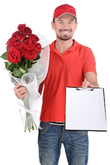 Uomo di consegna che tiene un mazzo di rose rosse.