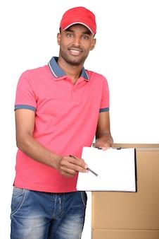 Uomo di consegna che trasporta pacco e presentazione di ricezione.