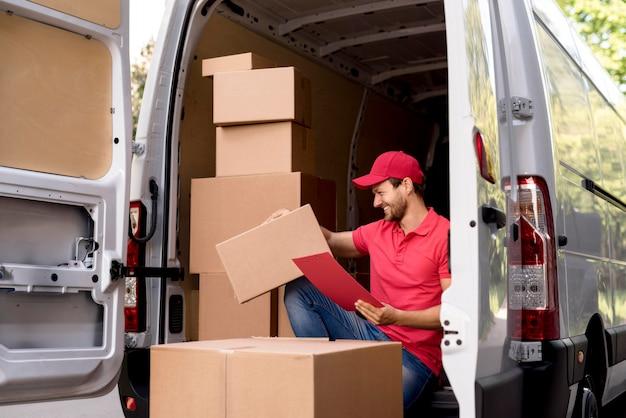 Uomo di consegna con elenco dei pacchetti