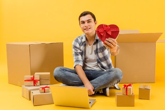 Uomo di consegna con pacchetti per san valentino
