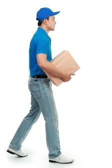 Uomo di consegna con pacchetto