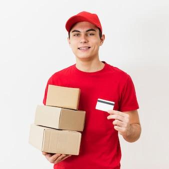 Uomo di consegna con pacchi e carta di credito
