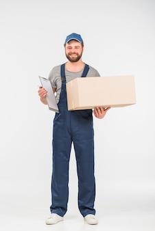 Uomo di consegna con scatola e appunti