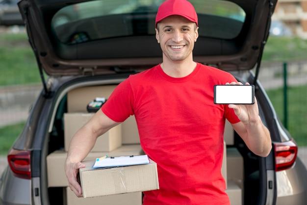 Uomo di consegna con smartphone