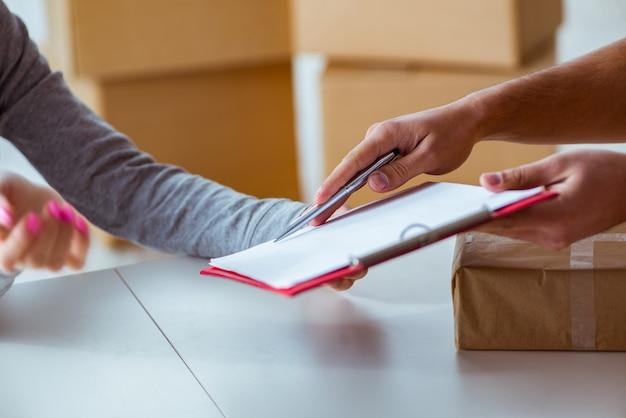 Uomo di consegna consegna pacchi