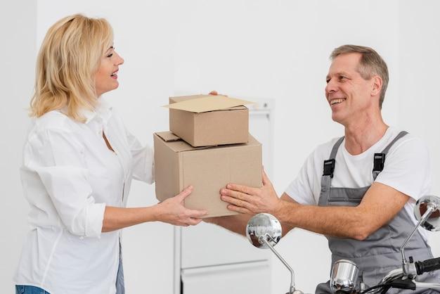 Uomo di consegna dando pacakges