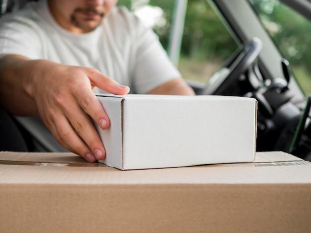 Uomo di consegna del primo piano in auto