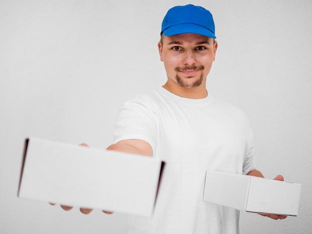 Uomo di consegna di smiley di vista frontale