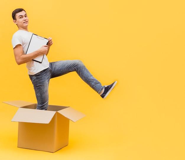 Uomo di consegna giocoso con copia-spazio