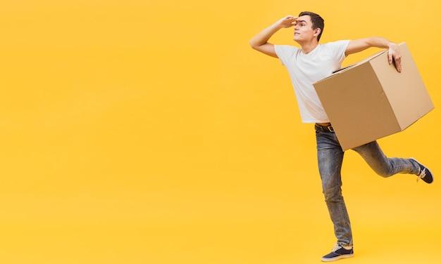 Uomo di consegna giocoso copia-spazio