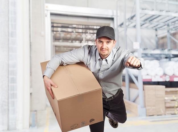 Uomo di consegna in magazzino