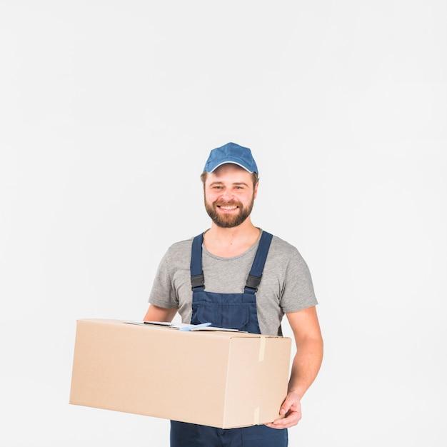 Uomo di consegna in piedi con grande scatola