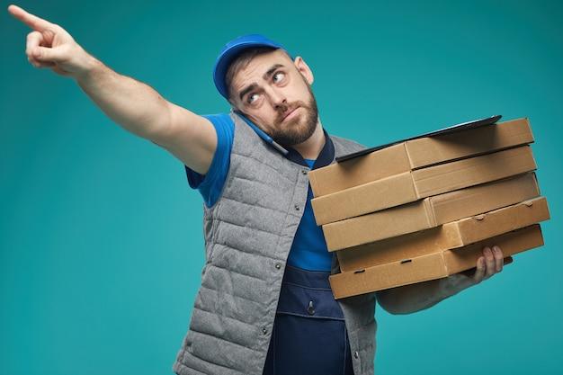Uomo di consegna occupato lavorando