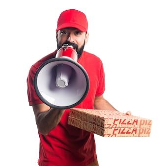 Uomo di consegna pizza gridando dal megafono