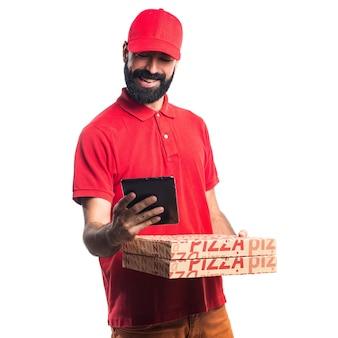 Uomo di consegna pizza in possesso di un tavoletta