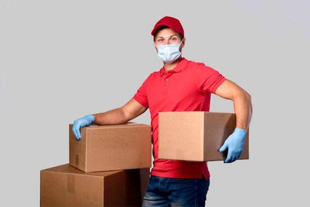 Uomo di consegna ritratto che trasportano pacchi