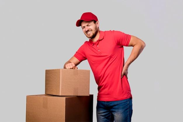 Uomo di consegna stanco di trasportare