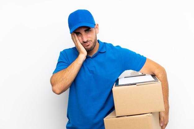 Uomo di consegna su bianco infelice e frustrato