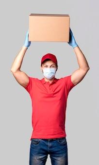 Uomo di consegna vista frontale con pacchetto